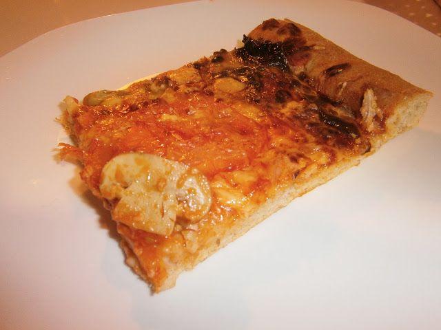 Pizza funghi El queso mozzarella y los champiñones desde siempre han sido buenos amigos, la prueba es esta pizza que es una de las más tradicionales dentro de la cocina italiana. Una vez que la pruebas es muy difícil que quieras dejar de comerla hasta terminártela.  Fuente: [ http://www.ehowenespanol.com/mejores-15-variedades-pizzas-galeria_96075/#pg=10 ]