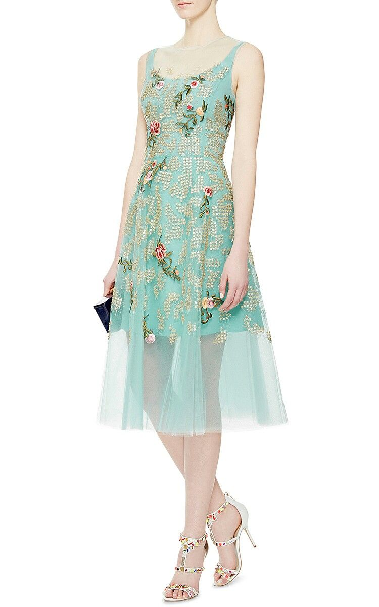 Oscar De La A S Larger Than Life Legacy Shines On Through The Clic Ladylike Shapes And Ultra Feminine Flourishes Of His Resort 2017 Collection