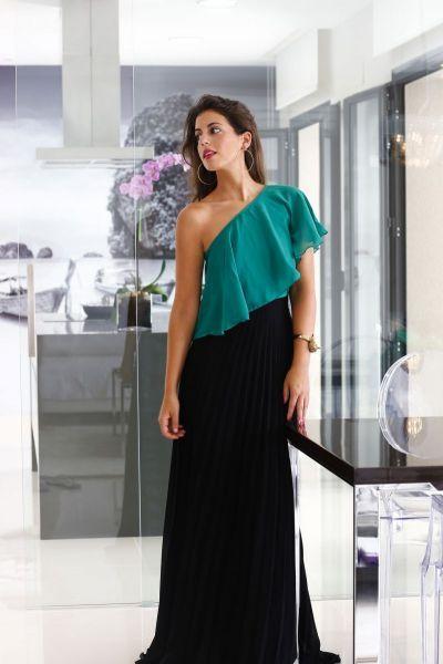 5727a48f33 Resultado de imagen para look formal con maxi faldas. Conjunto boda top  verde y falda plisada larga negra