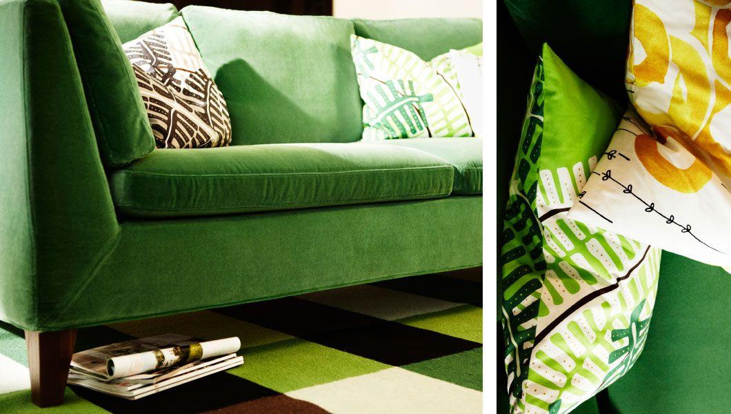 Divano Velluto ~ Soggiorno con divano a tre posti e cuscini in velluto verde