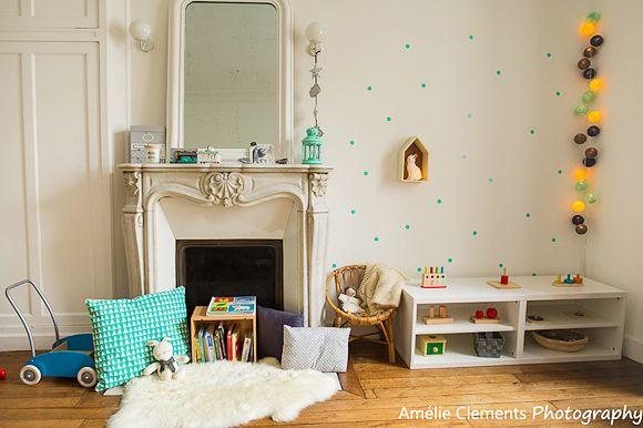 Une chambre bébé avec une ancienne cheminée et du parquet Deco