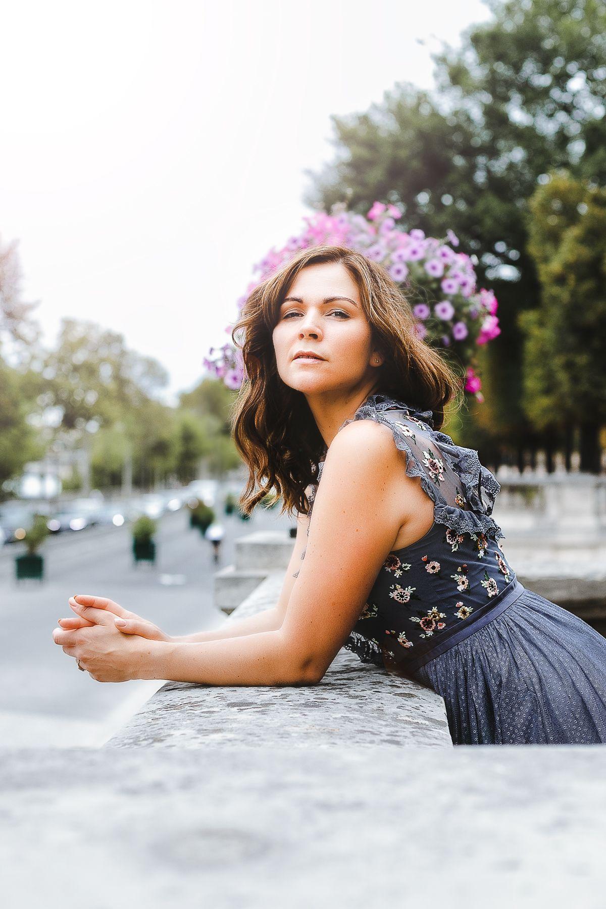 elegantes herbst outfit mit abendkleid im jardin tuileries