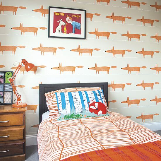 Want to know how to have fun with orange and black this halloween? Some people find foxes a menace, but here they are just plain cute. Skewed more to the orange end of the scale, black frames and detailing are used to punctuate this playful bedroom.