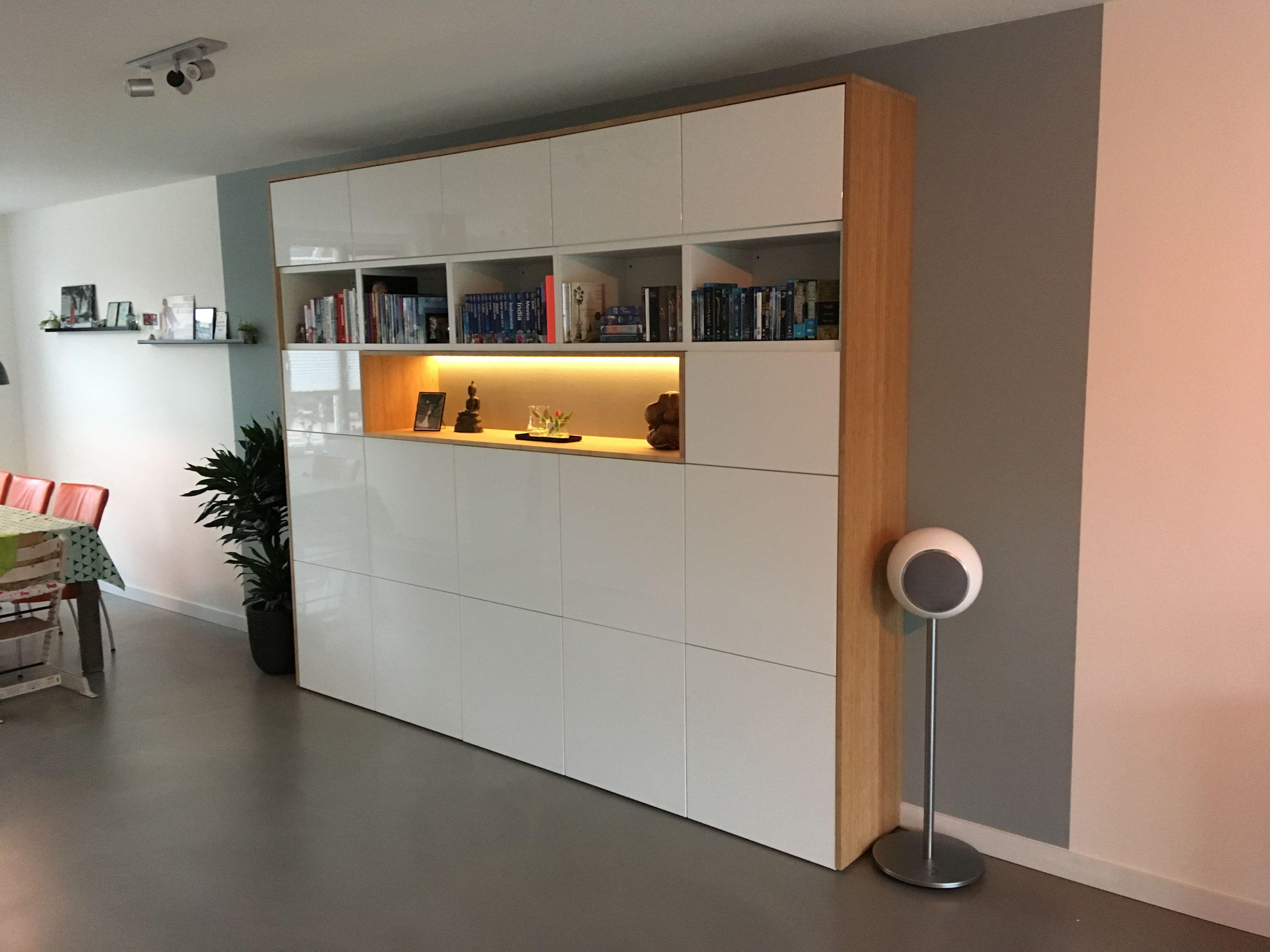 Vitrinekast Hangend Ikea.Ikeahack Ikea Besta Kast Met Bamboe Ombouw En Inbouw Woonkamer In