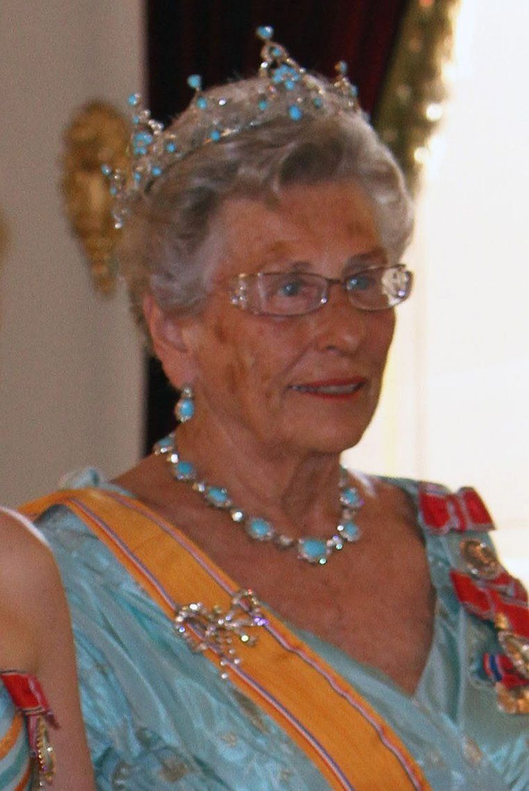 2010 - from Queen Beatrix state visit to Norway. Queen Maud of Norway's turquoise tiara inherited from Queen Alexandra. Seen here being worn by Princess Astrid. This tiara, unlike others encircles the entire head. Very nice bow brooch in diamonds, also from Queen Maud.  Photographer unknown.