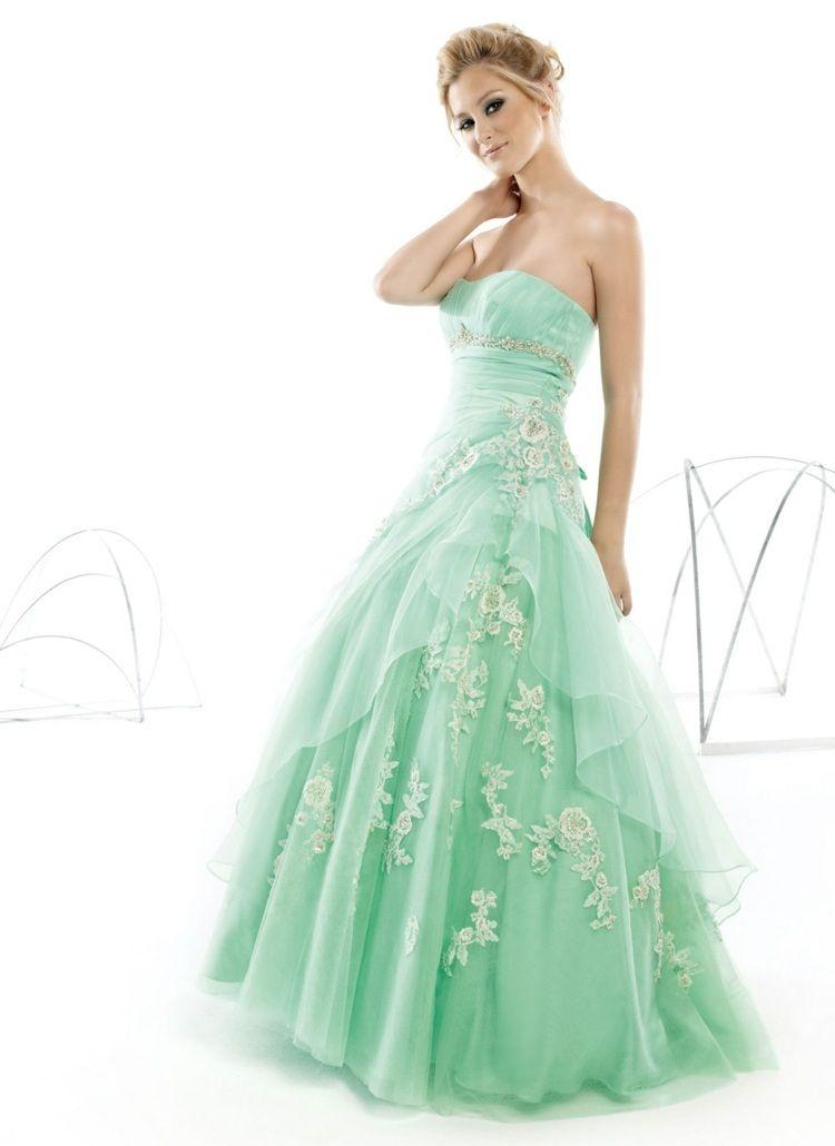 Minzgrünes Kleid mit weitem Rock und traumhaften Stickereien in Form ...