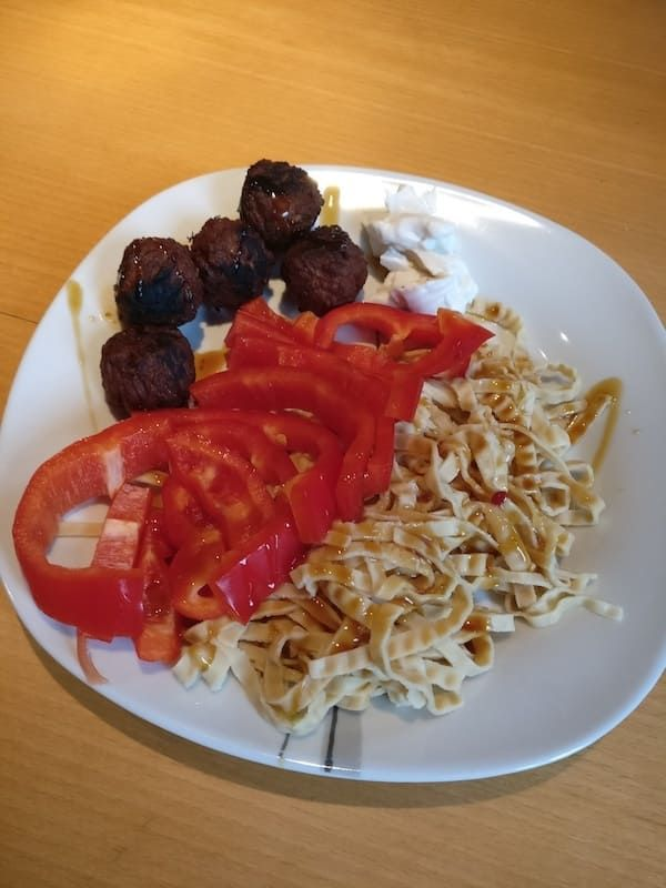 Soybean Pasta von Edamama mit Paprika, Falafel und Hummus --> Rezept auf www.vegan-athletes.com