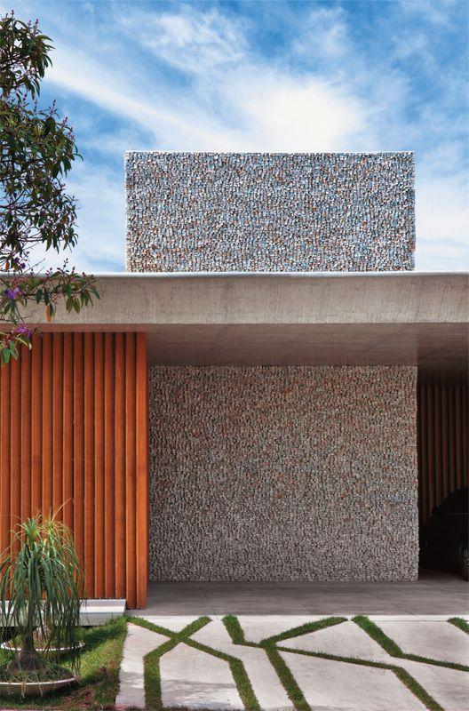 Uma casa sem muro, mas com brises e parede de mosaico ...