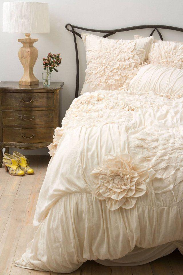 bettwaesche cremeweiß drapiert blumen Shabby Chic Deko - vintage schlafzimmer einrichten verspielte blumenmuster als akzent