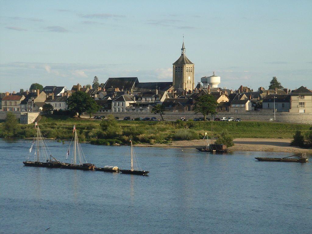 La commune de Jargeau sur les bords de la Loire depuis la commune de Saint-Denis-de-l'Hôtel,