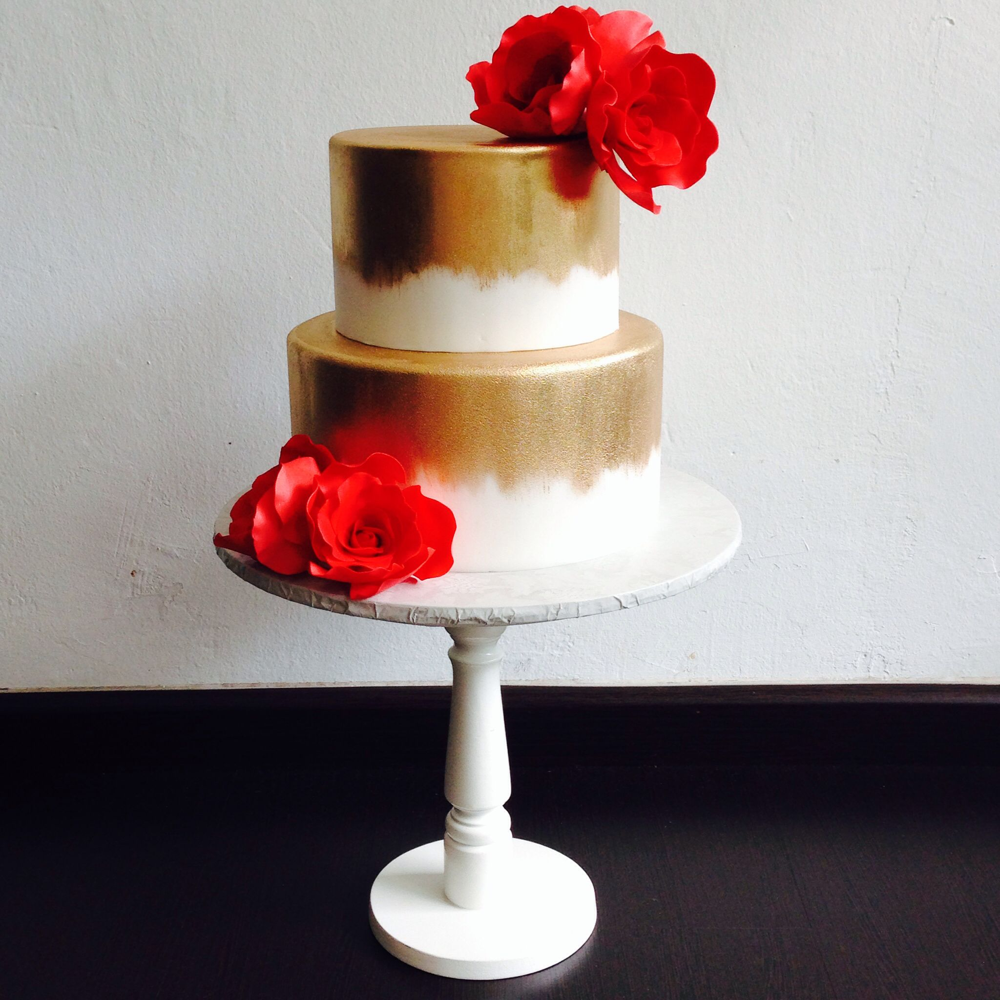 Simple yet eye popping wedding cake with gold brushstroke effect