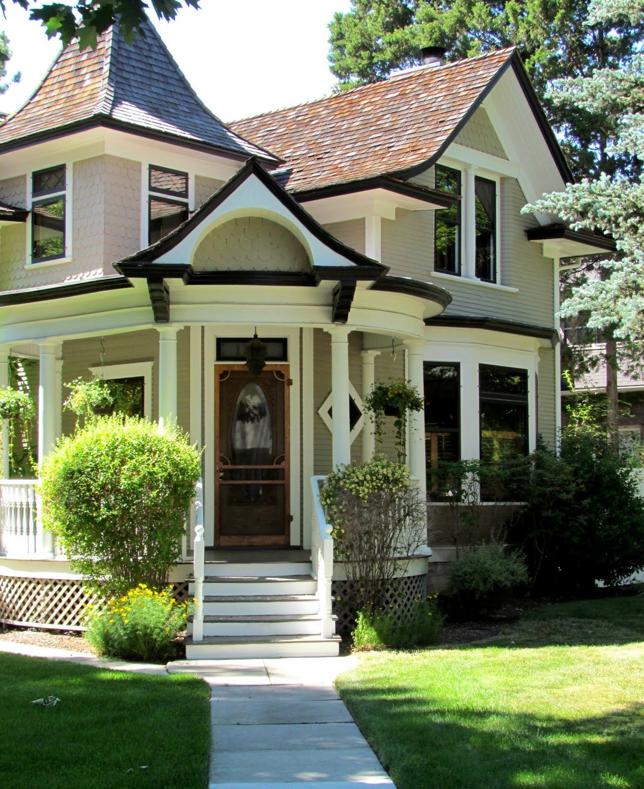 Beautiful Home Exterior Colors: Miss Gracie's House: And The Whites Have It...