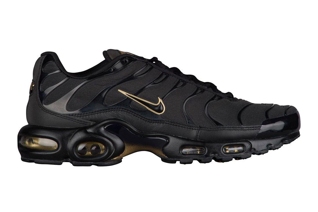 70899ff9fb Nike Air Max Plus (Black/Gold   sneakers   Nike air max plus, Nike ...