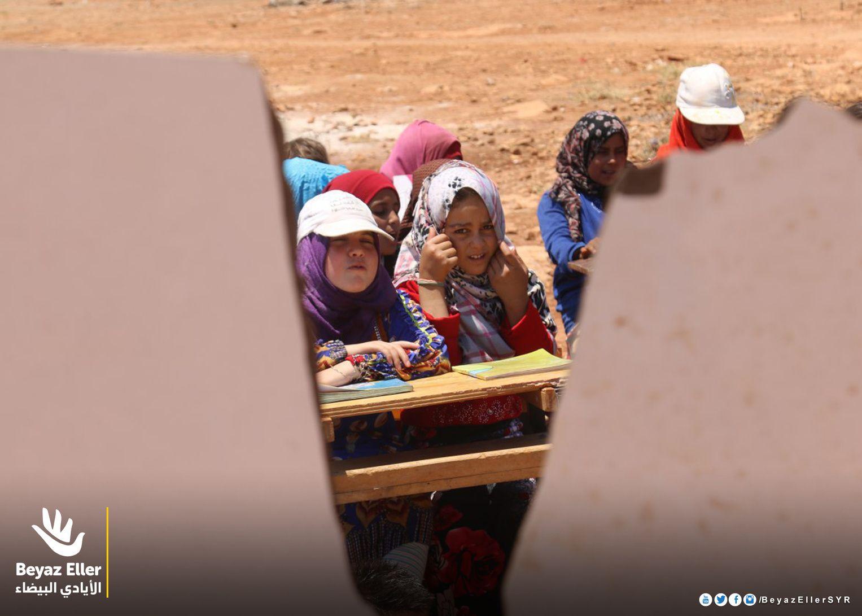 من بين شقوق اليأس يولد الأمل أثناء زيارة فريق الأيادي البيضاء لمخيم الطليعة في الشمال السوري لإقامة خيام تساعد الطلاب على متابعة دراستهم بعيدا عن ح Instagram