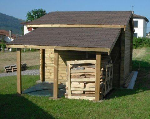 Un appentis adossé à un abri de jardin Trois poteaux soutiennent le - Montage D Un Garage En Bois