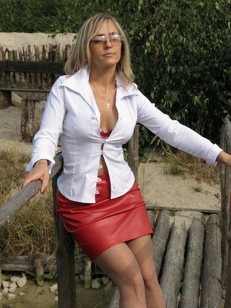 amateur milf skirt picture