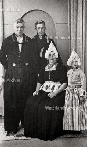 Cornelis Koning (Jelle), visventer 1897-1967. Gehuwd in 1922 met (1) Antje Buys (Anne van Jurrie) 1888-1925, 1 zoon Willem 1925-2003. Gehuwd in 1938 met (2) Geertje Mossel (Gaartje Jelle) 1909-1999, 1 dochter Anna 1944-.  #NoordHolland #Volendam