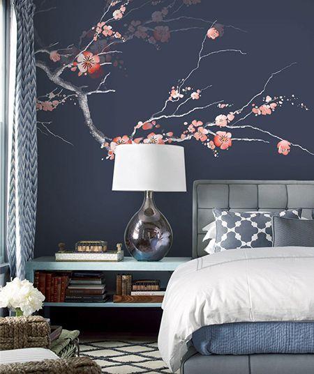 décoration d'interieur zen chambre d'hôtel papier peint japonais fleur mei sur fond bleu foncé - Atelier WYBO #backrounds