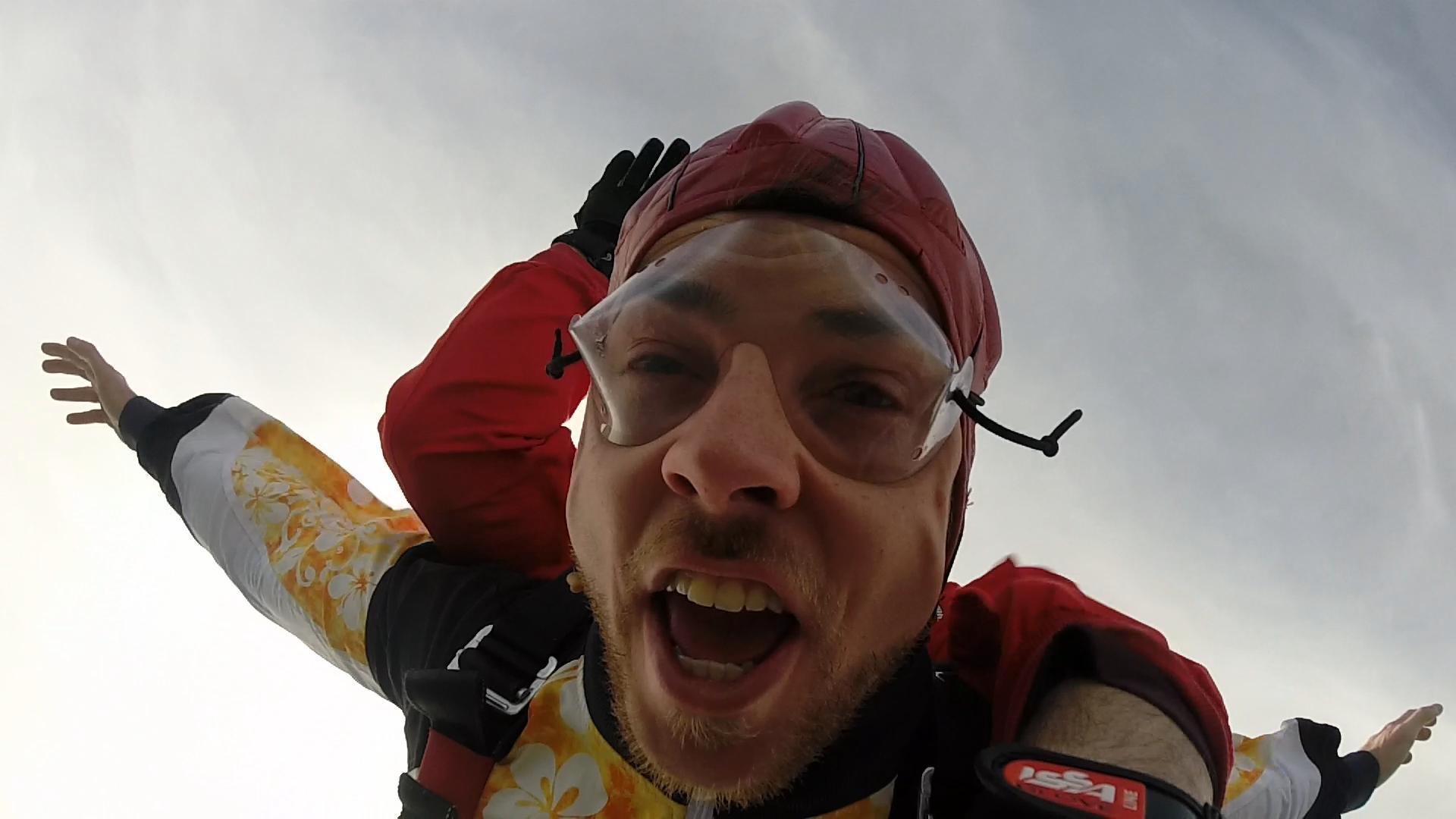 Fallschirmspringen Hirschau Tandemsprung Kunde Zum Fallschirmspringen kam Michael nach Klatovy auf den schönsten Sprungplatz Süddeutschlands. Eigentlich liegt der nach der Grenze von Furth im Wald paar Kilometer Richtung Pilsen.