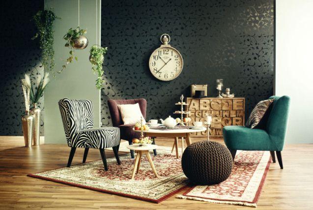 Stilvoll eingerichtetes Wohnzimmer. Farben und Muster aller Art.