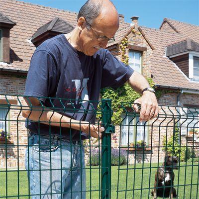 Installer une clôture de panneaux en grillage Construction