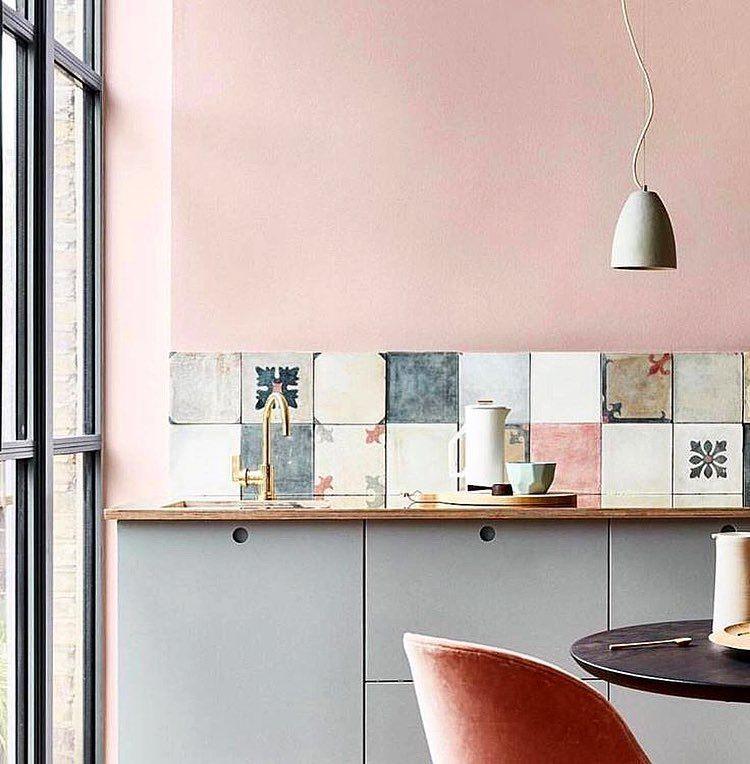 int rieur contemporain d co cuisine carrelage mural rose gris p le ikea a table. Black Bedroom Furniture Sets. Home Design Ideas