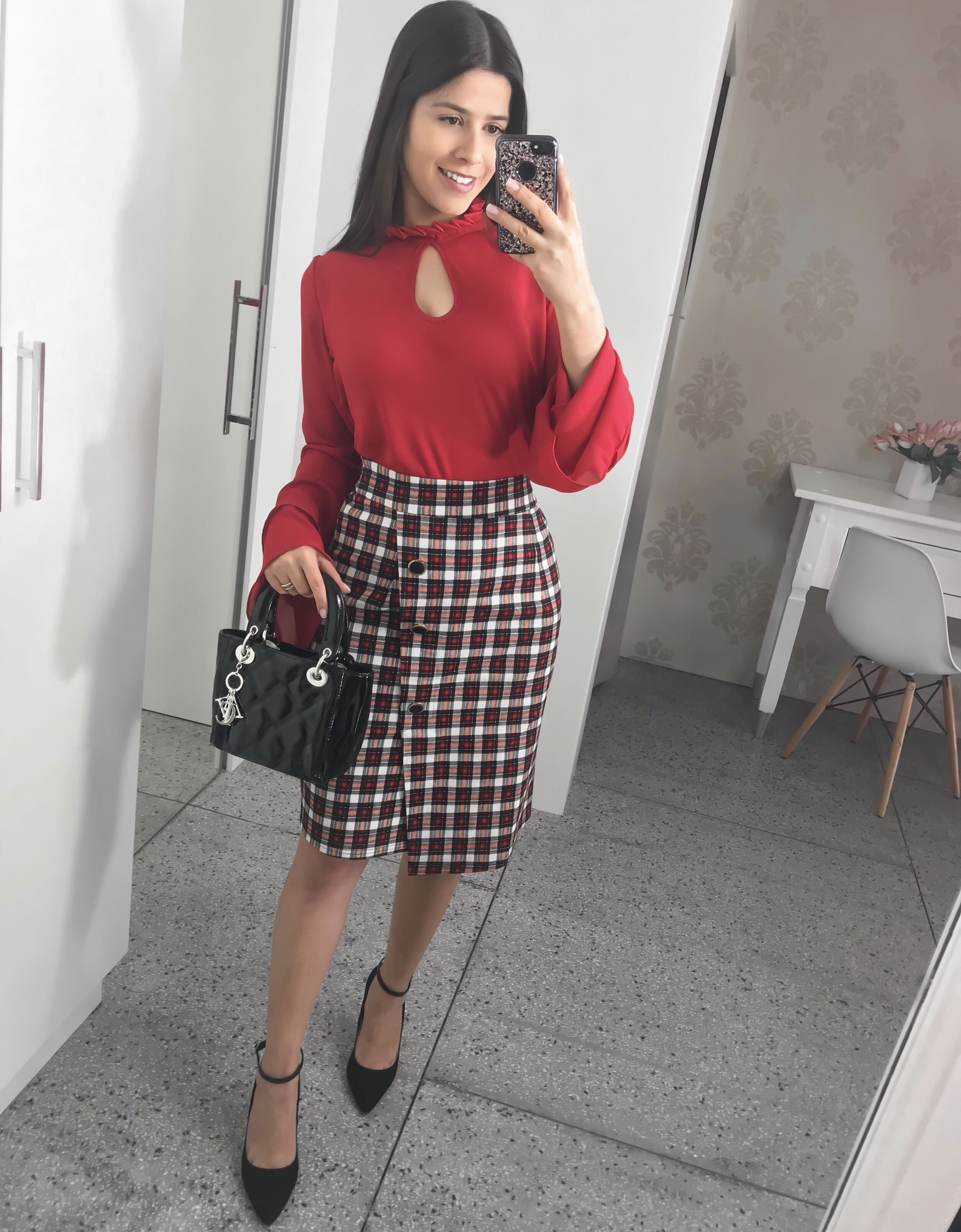 7377788135 blusa vermelha manga flare + saia xadrez + scarpin preto moda evangelica