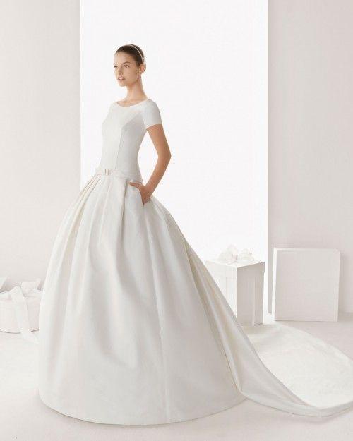 vestido de novia con bolsas, mangas cortas y cauda larga - foto rosa