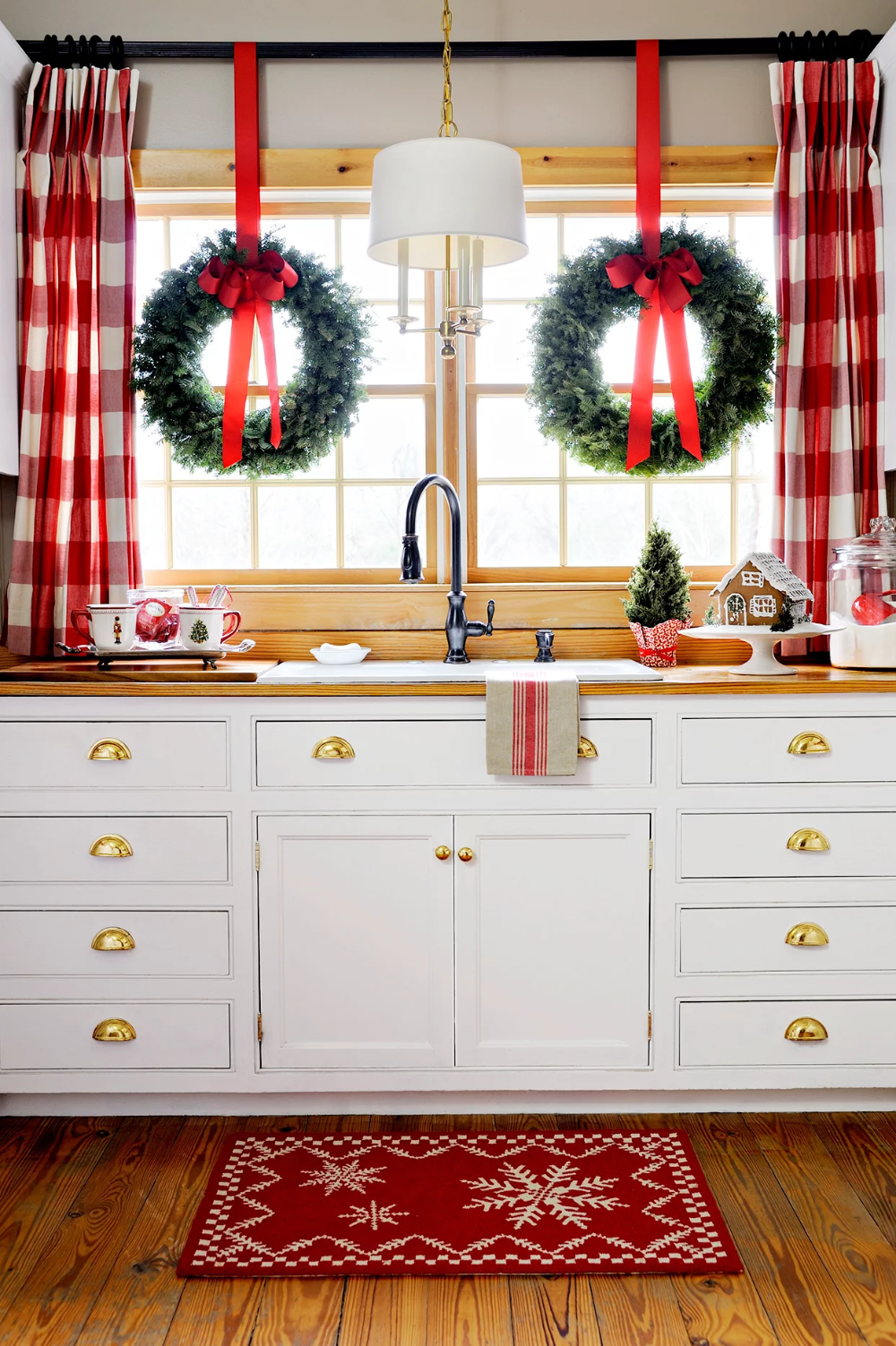 Putting Up Christmas Decorations Early Can Actually Make You Happier in 2020 | Christmas kitchen ...