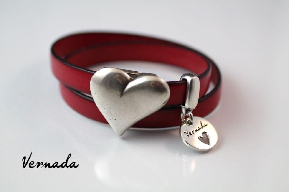 Vernada Design -nahkakoru, 2xkieputettava, punainen, SYDÄN  #Vernada #jewelry #koru #nahkaranneke #nahkakoru #rannekoru #bracelet #kieputettava #wraparound #leather #suomestakäsin #käsityökortteli #finnishdesign #finnishfashion