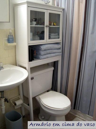 Outro com armarinho em cima do vaso sanitário. a cortina de box ...