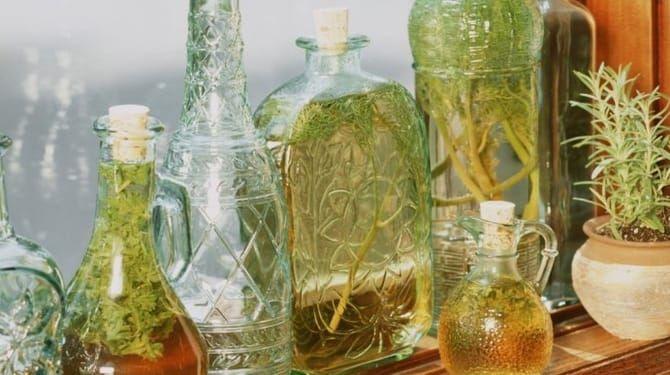Čo sa byliniek týka, vhodné na tento druh konzervácie sú estragón, rozmarín, saturejka, bazalka, či kôpor.
