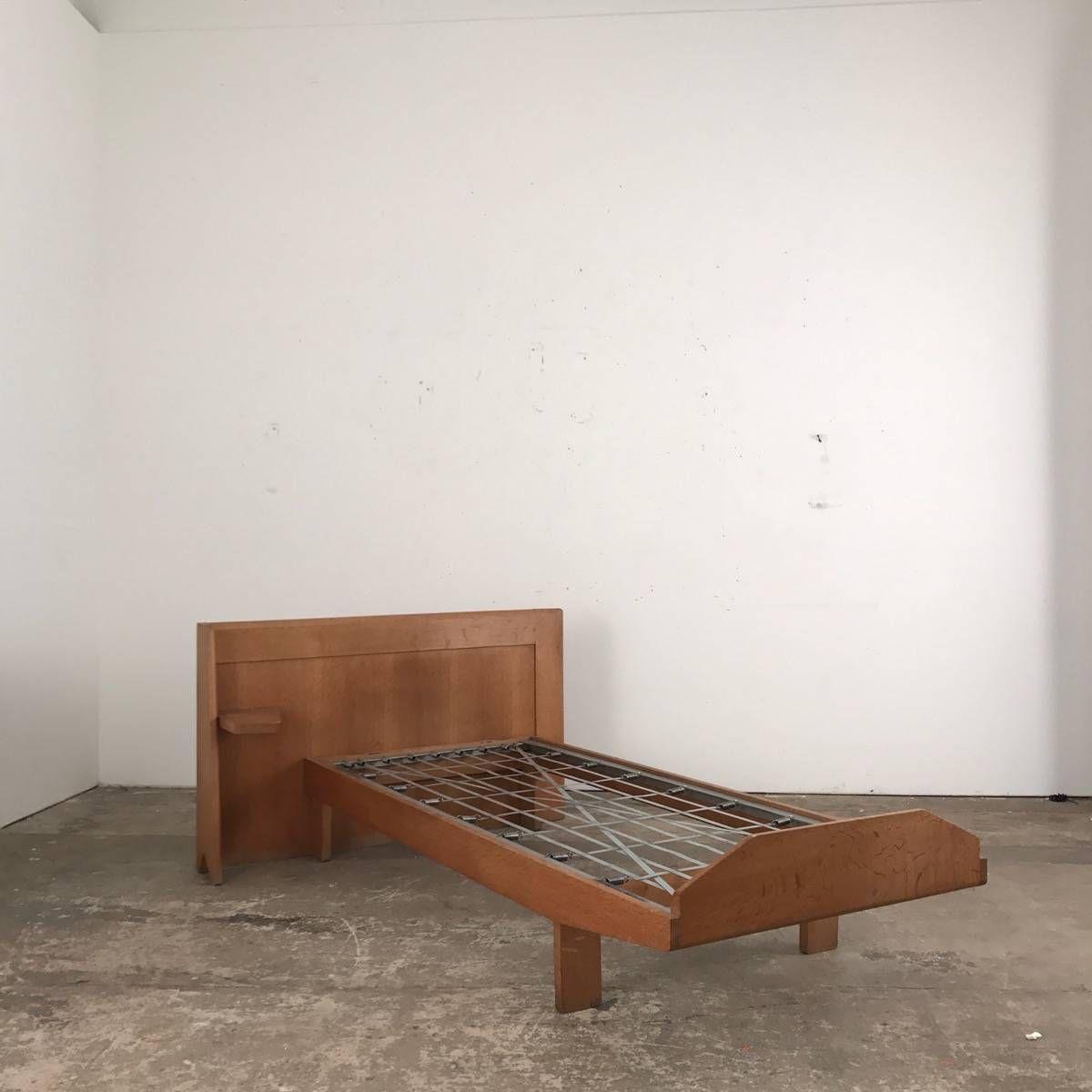 Nice modern single oak bed c.1960  Design Guillerme and Chambron Votre maison edition HB 76CM HS 34CM  194CM X 84CM W OF THE HEAD BED 130CM