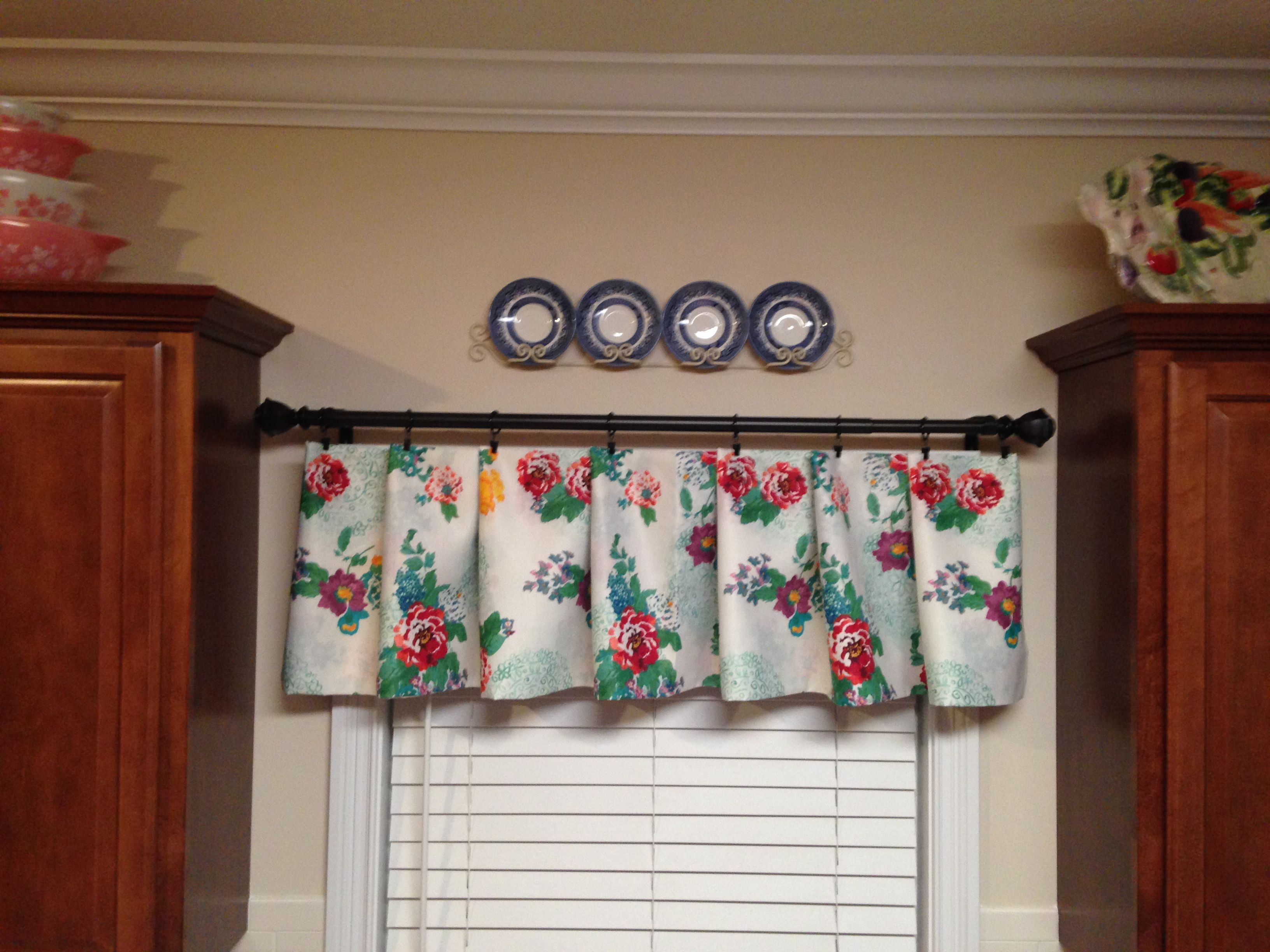 Pioneer Woman Tablecloth Turned Into A Valance Pioneer Woman Kitchen Pioneer Woman Kitchen Decor Farmhouse Style Kitchen Curtains
