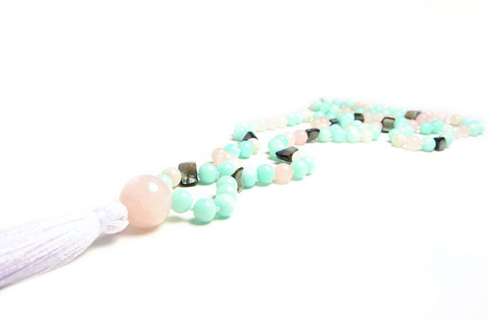Underbart vacker mala med 8mm pärlor i amazonit, rosenkvarts, abalone och månsten.   Köp en handknuten mala på yogashopen My Karma. www.mykarma.se