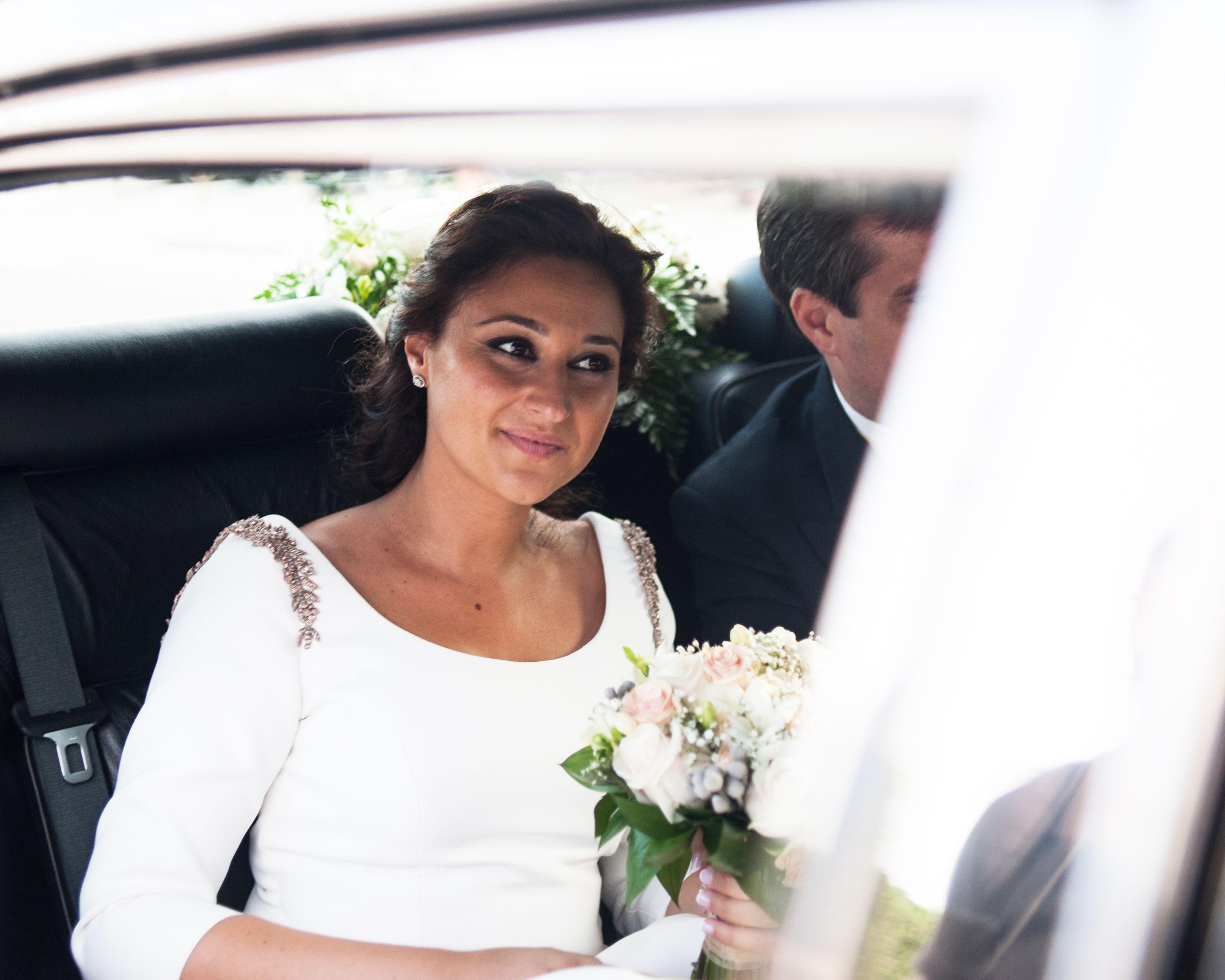 Vestido de novia con falda de tablones en gazar y cuerpo con manga ...