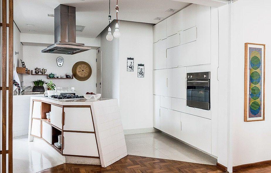 Com portas de aberturas desencontradas e disposição inusitada, a cozinha ganha uma cara totalmente diferente do convencional