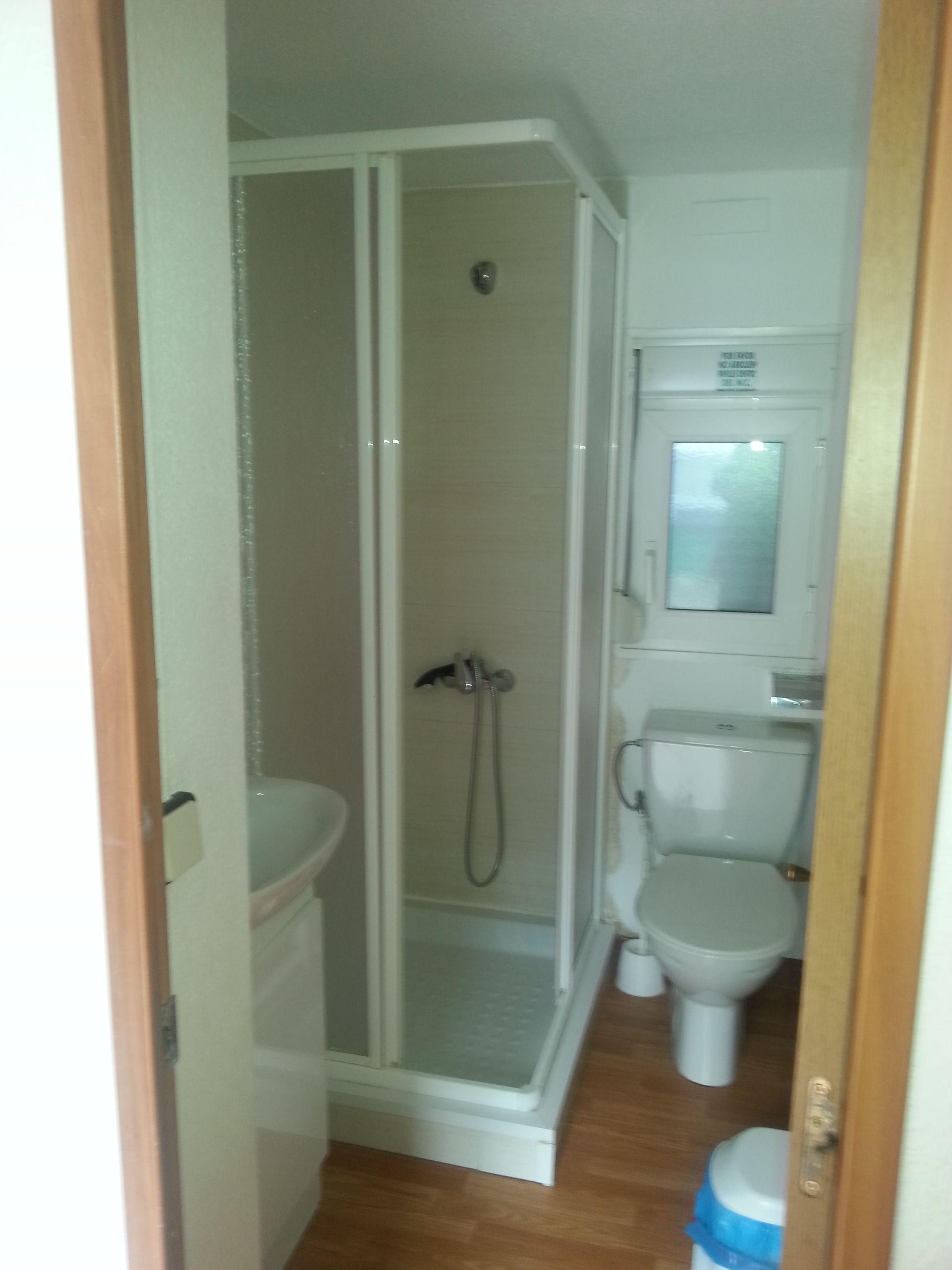Cuarto de aseo con ducha en mobilhome. Cocina americana aire ...