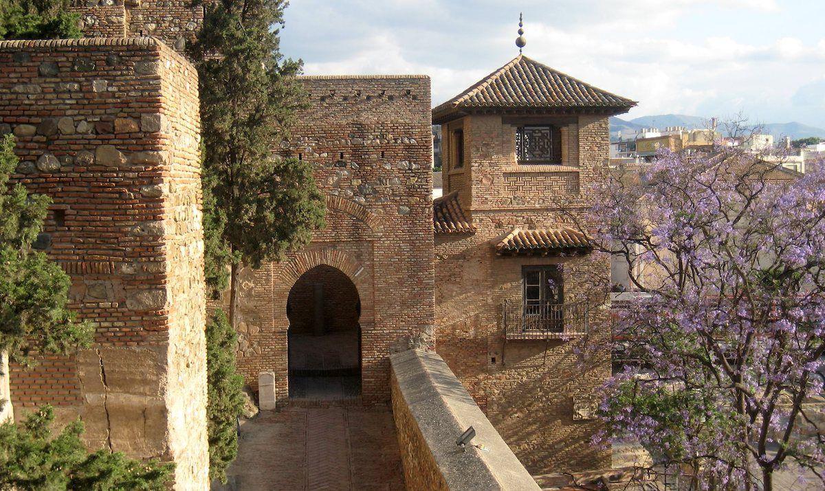 Descubre La Alcazaba De Málaga Una Fortaleza Musulmana En Plena Ciudad En La Que Disfrutar De Un Paseo Por La Historia Y Málaga Guia De Viaje Canales De Agua
