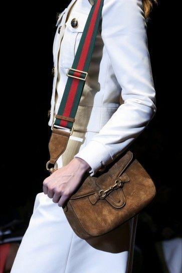 d0a00edf2f Tracolla in camoscio di Gucci Sfilata Di Moda, Alta Moda, Primavera Estate  2015,