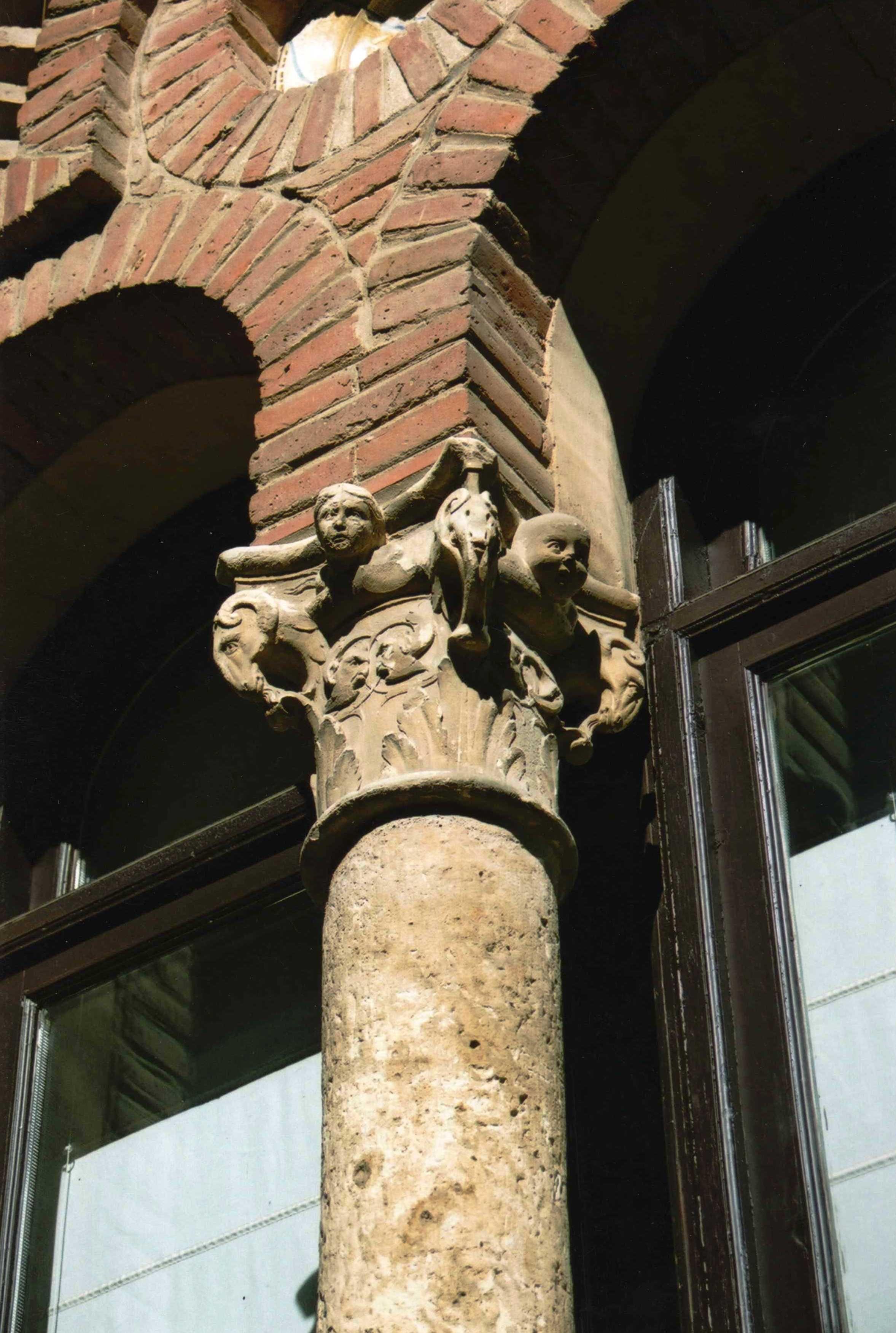 Palacio Laredo. Capitel renacentista de procedencia desconocida.
