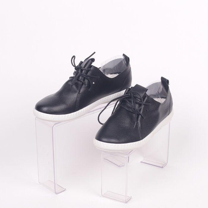 faa865be560 Дамски обувки за топлите пролетно-есенни дни, изработени от черна еко кожа  с лек релеф, равна бяла подметка и връзки.