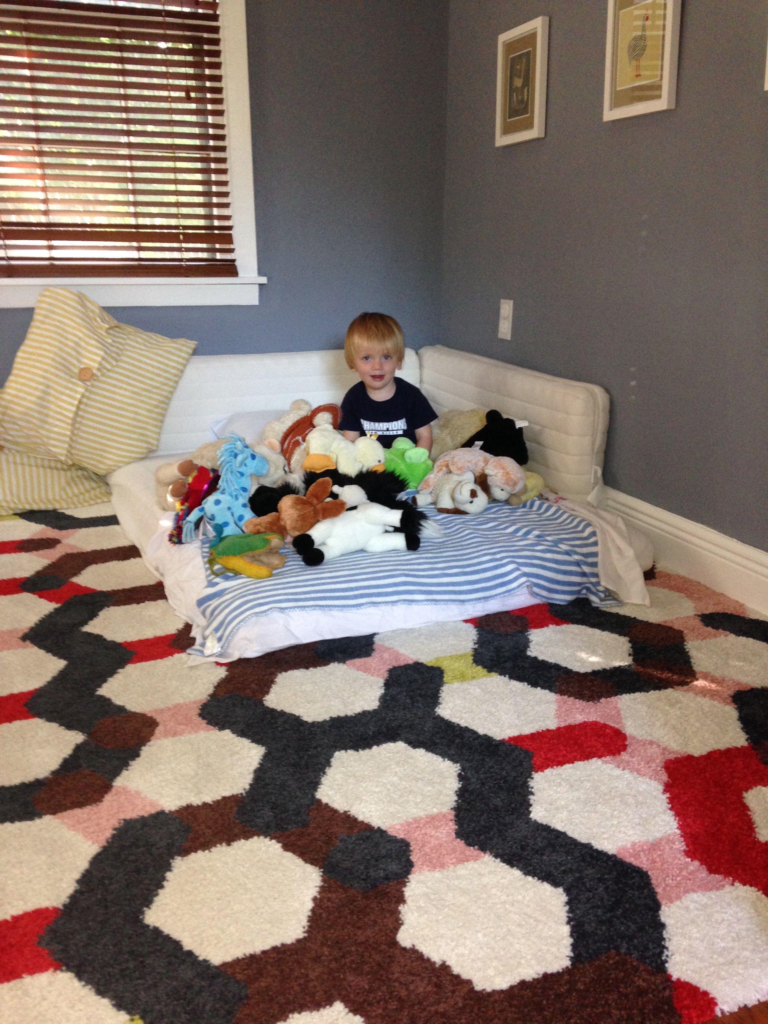 Montessori en casa la cama en el suelo el beneficio m s importante de la cama en el suelo es - Suelo habitacion ninos ...