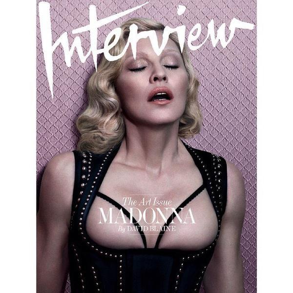 """Interview: """"Was Kim Kardashian kann, kann ich schon lange"""", dachte sich wohl Madonna und zeigte in der aktuellen US-Ausgabe fast alles von sich. Das brachte sie weltweit wieder in die Schlagzeilen und verhalf Interview zu drei wunderbaren Titelseiten (wir zeigen zwei davon)."""