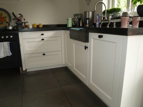 Witte landelijk moderne keuken met fornuis en houten laden kleur fronten gelakt in ral 9010 - Moderne keuken deco keuken ...