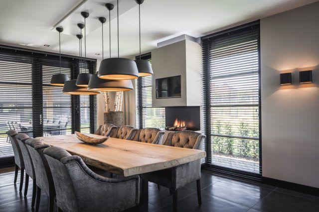Houten eettafel met luxe stoelen en verlichting eetkamer design