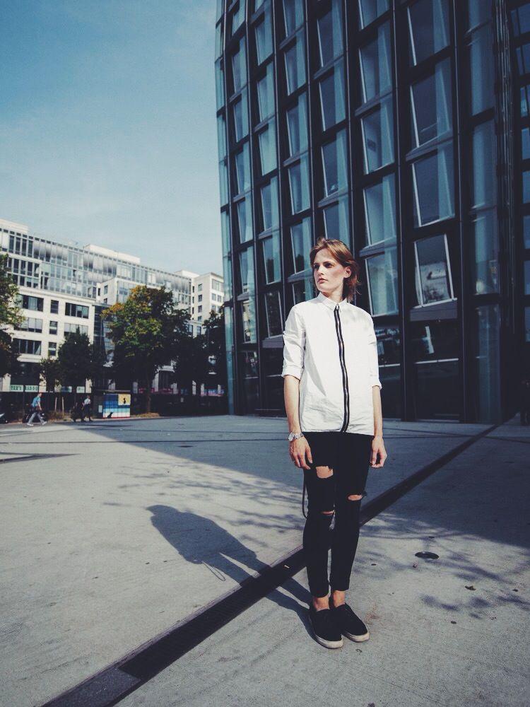 Bluse: COS (ähnlich hier & hier) Ripped Denim: Zara (ähnlich hier & hier) / Slip-Ons: H&M (ähnlich hier)  Fotos: Steffen Böttcher