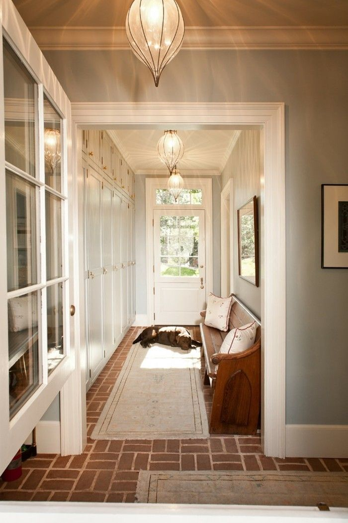 Arredare un corridoio tappeto colore chiaro panchina legno for Arredare corridoio stretto e corto