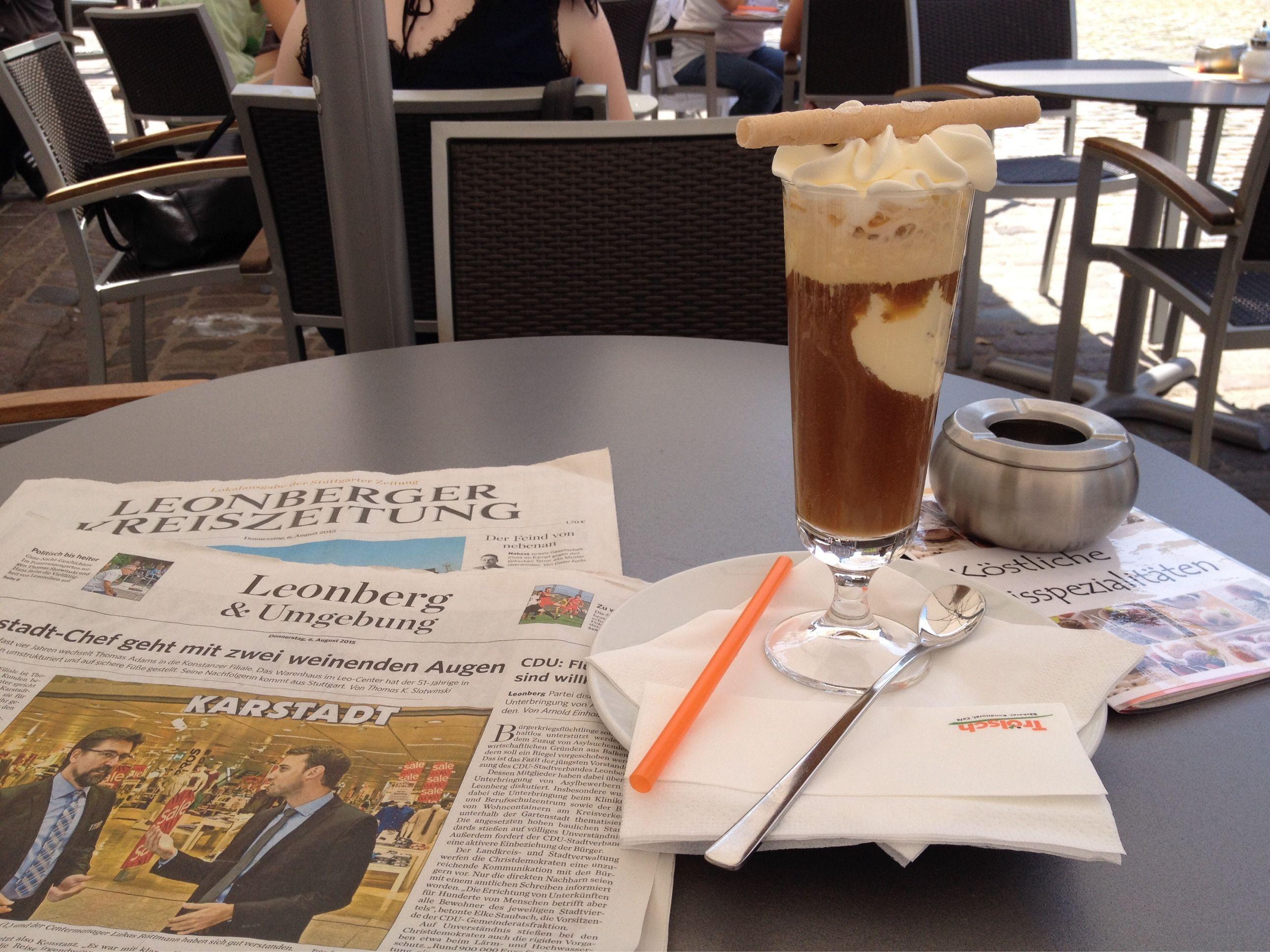 Mittagspause beim Trölsch in Leonerg mit Zeitung. Und Eiscafé. Das ist Sommer!