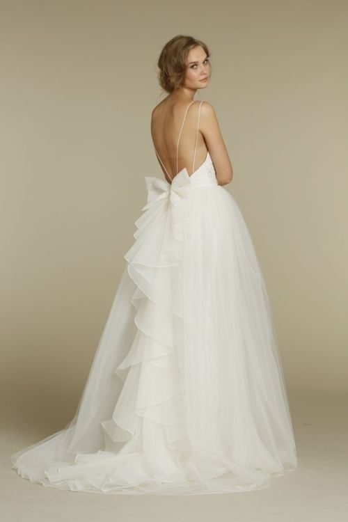 So in love with this backless bow wedding dress!